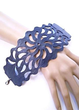 Широкий женский ажурный кожаный браслет темно синего цвета.