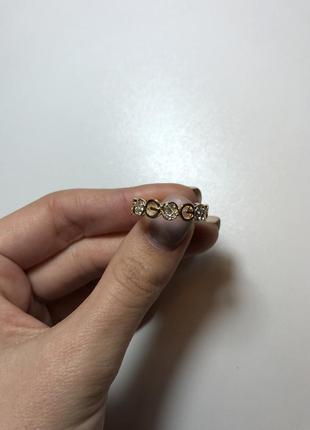 Шикарное кольцо в золотом цвета с циркониями новое