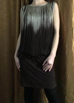Красивое темно-коричневое платье с бахромой и плясом в камнях