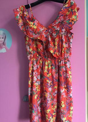 Летнее платье с открытыми плечами. цветочный принт