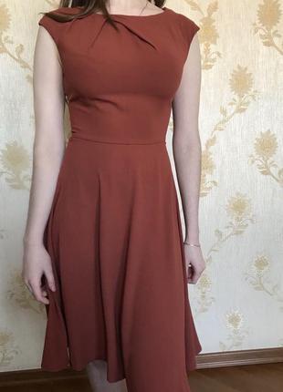 Красивое платье терракотового цвета с юбкой клеш
