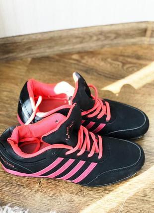 Кроссовки черно- розовые,яркие  женские спортивные кроссовки