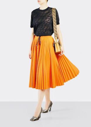 Яркая модная оранжевая юбка миди