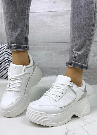 Стильные белые кроссовки на массивной подошве