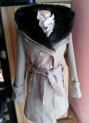 Оливковое пальто с меховым капюшоном,размер м