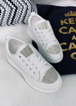 Стильные белые кроссовки со стразами