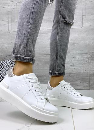 Стильные удобные белые кроссовки