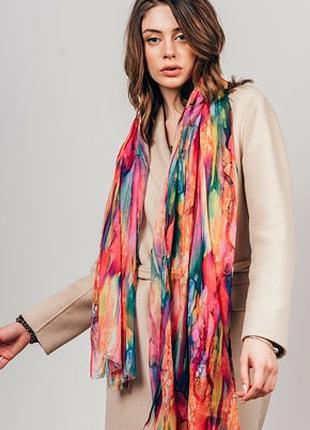 Яркий шарф палантин