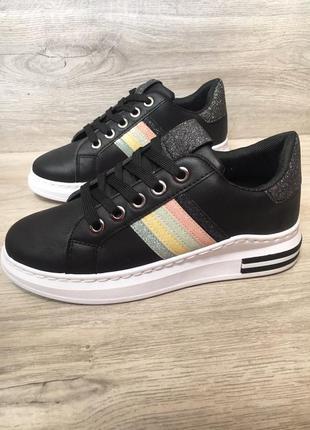 Черные кроссовки на белой платформе
