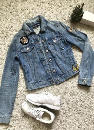 Джинсовка джинсовая куртка с нашивками pull&bear