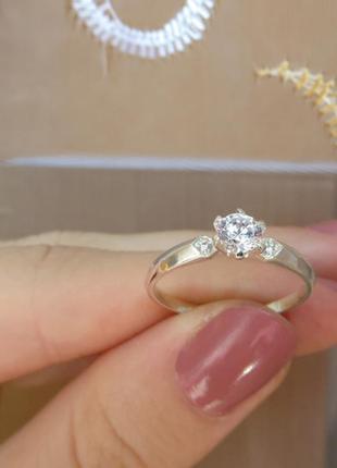 Аккуратное кольцо с камнем