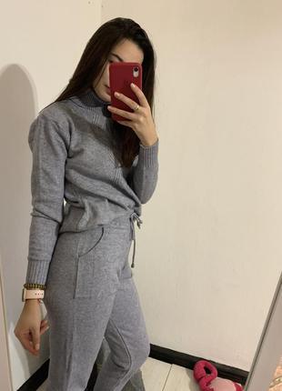 Серый вязаный костюм