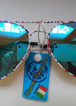 Солнцезащитные очки авиаторы с синими зеркальными линзами.