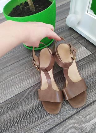 Стильные кожаные босоножки на широком каблуке