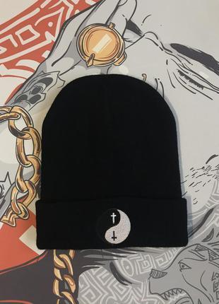 Шапка инь и ян черная шапка топчик