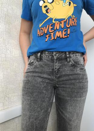 Серые рваные зауженные джинсы на средней посадке