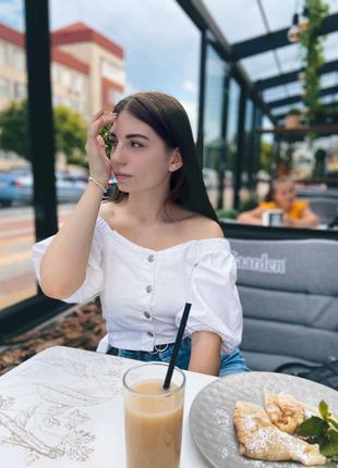 Белая блузка на пуговицах