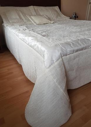 Покрывало на кровать с декоративными наволоками