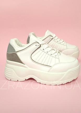 Белые кроссовки на толстой грубой подошве женские