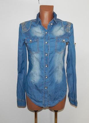 Джинсовая рубашка с заклепками и стразами