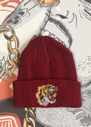 Красная шапка с тигром топ модель