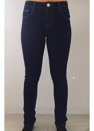 Темні джинси, штани джинсові.