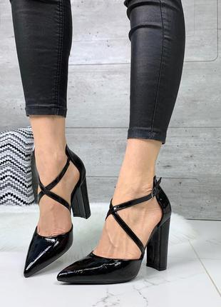 Шикарные черные остроносые туфли с переплетом