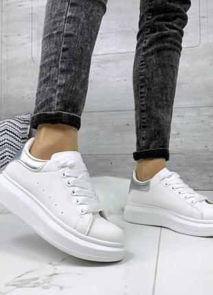 Стильные белые кроссовки с серебристым задником