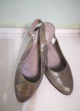 Нарядные туфли на среднем каблуке змеиный принт