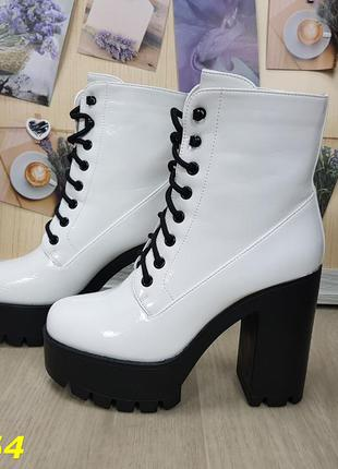 Женские демисезонные белые ботинки на каблуке