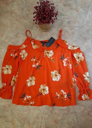 Блуза в цветы, свободного кроя с оборкой, рюшем, открытыми пле...