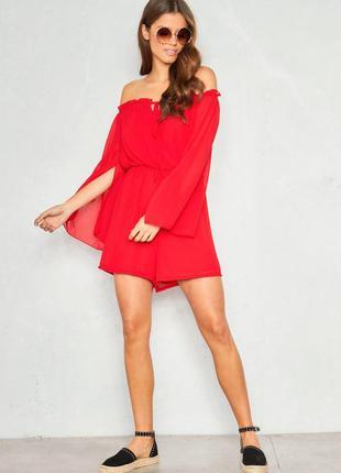 Женственный летний красный комбинезон ромпер с открытыми плеча...