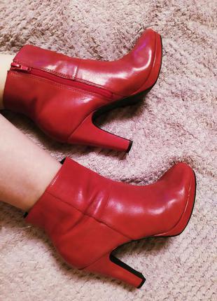Италия красные идеальные ботильоны ботиночки на каблуке класси...