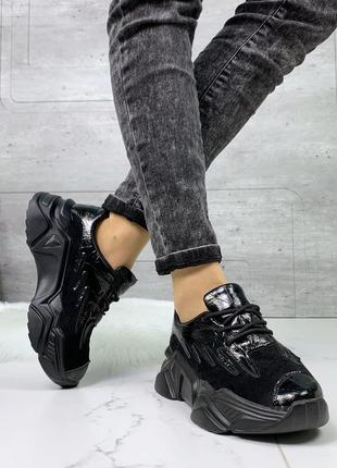 Чёрные кроссовки на массивной подошве, замшевые лакированные к...