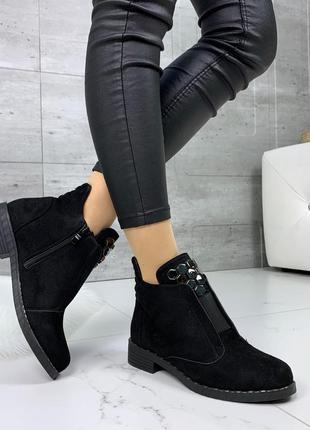 Чёрные замшевые ботинки на низком каблуке.