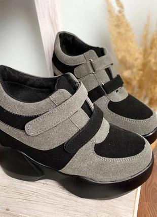 Креативные кроссовки-сникерсы на танкетке. модная модель для с...