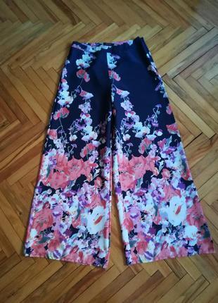 Яркие брюки палаццо в цветочный принт с завышеной талией