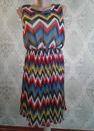 Яркое шифоновое платье с юбкой плиссе