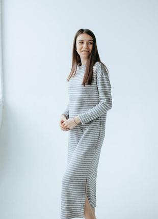 Платье со спущенными плечами в полоску оверсайз