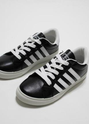 Распродажа! черные женские кроссовки (кеды) из кожзама с белым...