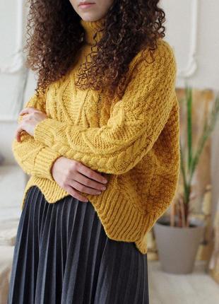 Желтый базовый теплый свитер вязаный горчичный