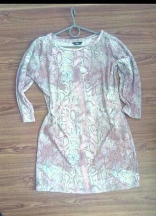 Яркое приталенное платье анималистичный