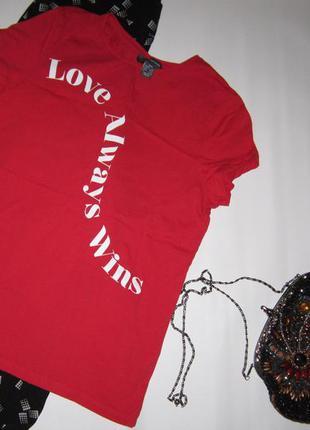 Яркая бордово-красная футболка надпись love always wins