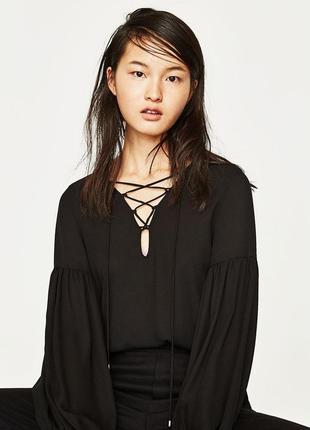 Необыкновенная блуза боди с шнуровкой декольте и свободным рук...