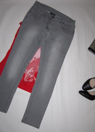Крутые облегающие брюки джинсы эффект потертости