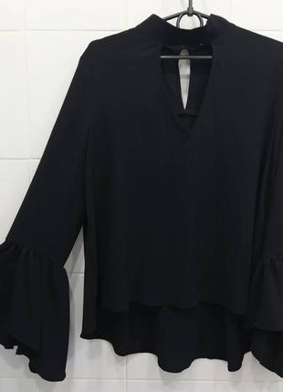 Оригинальная шифоновая блуза с воланами на рукавах и чокером