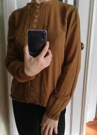 Блуза с ажурной вставкой