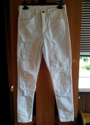 Актуальные белые рваные с дырками брюки джинсы скинни с высоко...