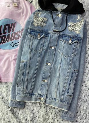 Джинсовка, джинсовая куртка с капюшоном и нашивками topshop