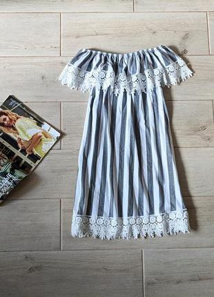 Нежное платье с открытыми плечами кружевом в вертикальную поло...